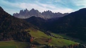高山村庄、绿色草甸和牧场地,峰顶美好的山景  南蒂罗尔的Dolomiti阿尔卑斯 影视素材
