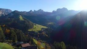 高山村庄、绿色草甸和牧场地,峰顶美好的山景  南蒂罗尔的Dolomiti阿尔卑斯 股票录像