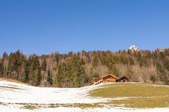 高山村庄在阿尔卑斯在小山的冬天 免版税库存图片