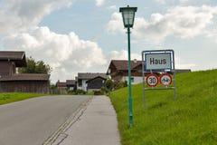高山村庄Haus的路标在奥地利 库存照片