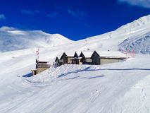 高山样式瑞士山中的牧人小屋在法国阿尔卑斯,法国 免版税图库摄影
