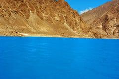 高山梦想片刻风景与湖和大海的 免版税库存照片