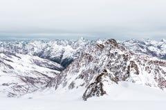 高山横向冬天 多云天空和山的上面 免版税图库摄影