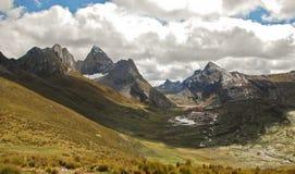 高山横向在Cordiliera Huayhuash 图库摄影