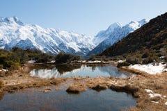 高山池塘在mt附近的红色Tarns 厨师 库存图片