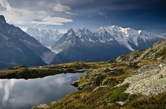 高山湖和山 库存图片