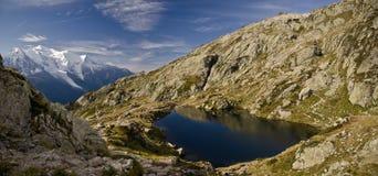 高山湖和山 图库摄影