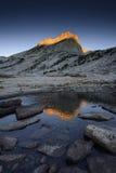 高山湖和登上Conness北峰在日出的 库存图片
