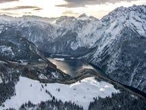 高山湖在冬天。 免版税库存图片