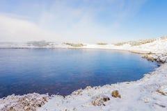 高山湖在冬天 免版税库存照片