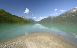 高山湖在原野 库存照片