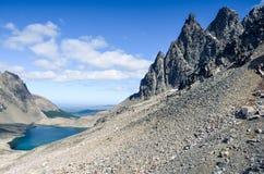 高山湖在Dientes de Navarino在智利,巴塔哥尼亚 免版税库存照片