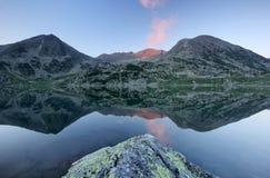 高山湖山反映retezat罗马尼亚 免版税库存照片