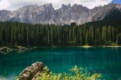 高山湖用绿松石水在意大利 免版税库存照片