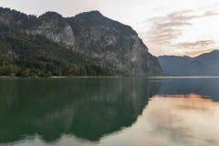 高山湖Mondsee日落风景 免版税库存照片