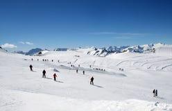 高山滑雪倾斜的滑雪者 免版税库存照片