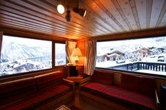 高山瑞士山中的牧人小屋客厅瑞士 免版税库存图片