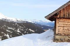 高山瑞士山中的牧人小屋房子和山全景有雪的在冬天在Stubai阿尔卑斯 图库摄影