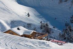 高山瑞士山中的牧人小屋时间冬天 库存图片