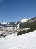 高山瑞士山中的牧人小屋村庄 免版税图库摄影