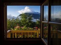 从高山瑞士山中的牧人小屋的全景 库存图片