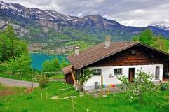 高山瑞士山中的牧人小屋 库存照片