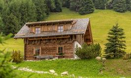 高山瑞士山中的牧人小屋 图库摄影