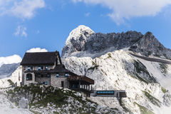 高山瑞士山中的牧人小屋 免版税库存照片
