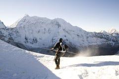 高山登山人尼泊尔 免版税图库摄影