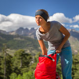 高山的俏丽,女性远足者 免版税库存照片