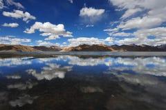 高山盐湖Tso Kar :在镇静表面水反射象镜子一朵蓝天和白色云彩,喜马拉雅山, 免版税库存图片