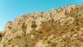 高山范围顶视图在五颜六色的秋天与绿色黄色草甸和落矶山脉峰顶 射击 看法  股票录像