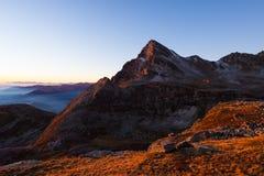 高山草甸和牧场地在高处山脉中设置了在日落 意大利阿尔卑斯,在summert的著名旅行目的地 免版税图库摄影