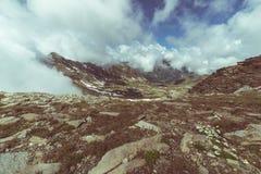 高山草甸和牧场地在高处山脉中设置了在日落 意大利阿尔卑斯,在summert的著名旅行目的地 免版税库存图片
