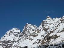 高山解冻 在春天的红色峰顶 库存照片
