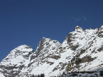 高山解冻 在春天的红色峰顶 图库摄影