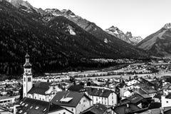 高山谷的小镇富尔普梅斯,提洛尔,奥地利 免版税库存照片