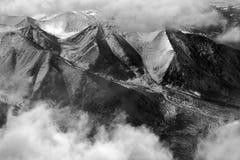 高山链子是喜马拉雅山的山顶在白色云彩中的,北印度,一张黑白照片 免版税库存图片
