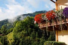 高山阳台瑞士山中的牧人小屋 免版税库存照片