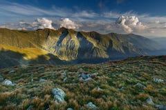高山风景在一多云天 免版税库存照片