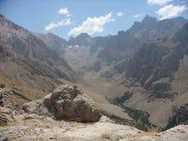 高山风景在金牛座的一个晴天在土耳其 免版税库存照片