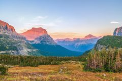高山风景如被看见从暗藏的湖足迹 冰川国民 图库摄影