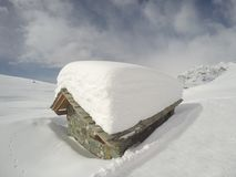 高山风景:与许多的客舱在屋顶的雪 免版税库存照片