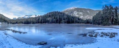 高山结冰的湖 免版税库存照片