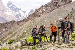 高山登山人队和阵营 图库摄影