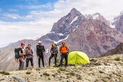 高山登山人队和阵营 库存照片