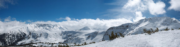 高山bansko保加利亚山全景手段滑雪冬天 免版税库存照片