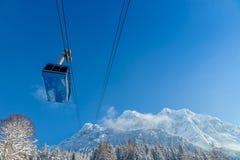 高山cabinway与多雪的风景 库存照片