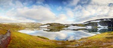 高山Meadow湖春天风景 库存图片