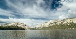 高山Tenaya湖在优胜美地国家公园 免版税库存照片